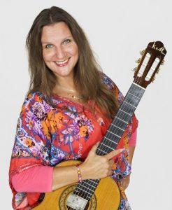 Karin Mikara - Gitarre